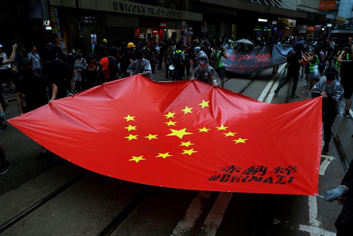 Čínská vlajka upravená do svastiky