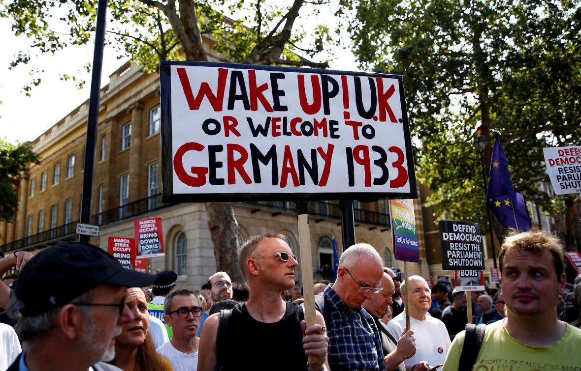 Londýnská demonstrace proti premiéru Johnsonovi