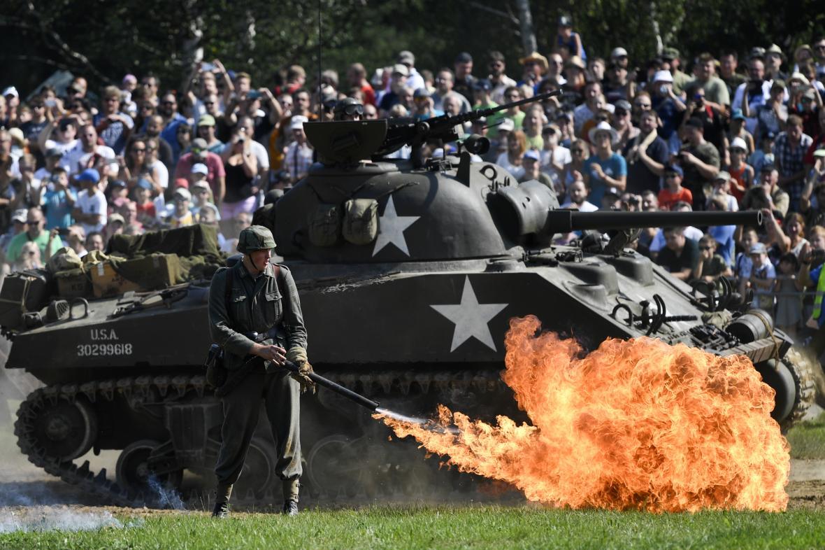 Obrazem: Němci proti Finům i Američanům. Přes Lešany se po sedmnácté prohnaly tanky