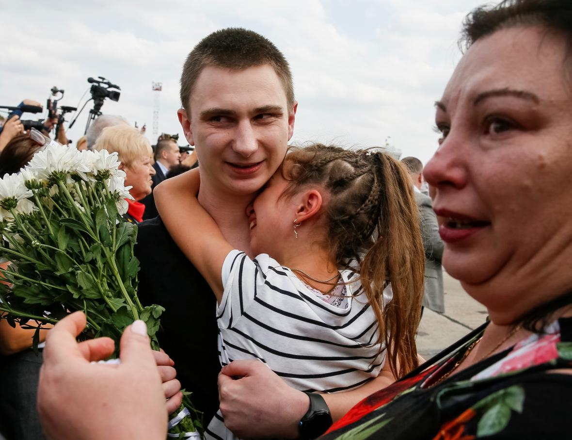 Příbuzní a známí vítají propuštěné na letišti v Kyjevě