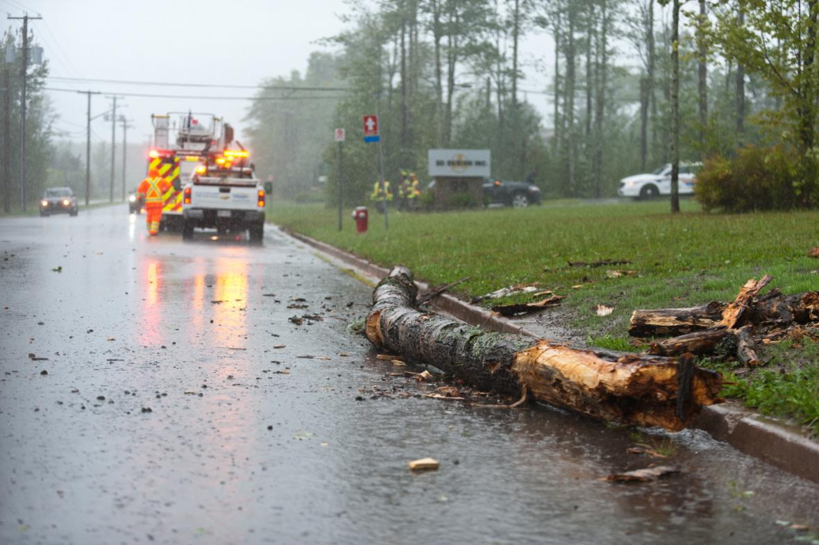 Na silnicích místy leží zlomené a vyvrácené stromy