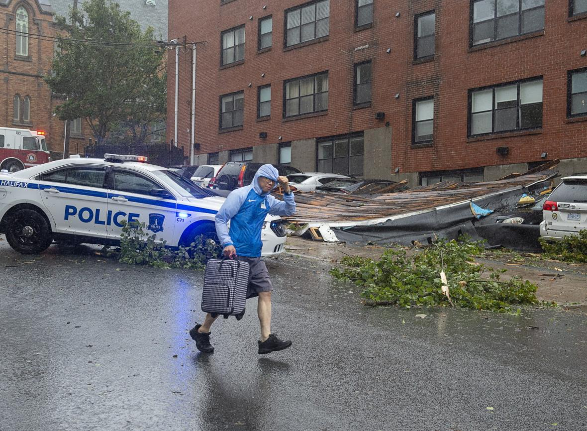 Vítr ve městě Halifax strhnul střechu a shodil ji na auta