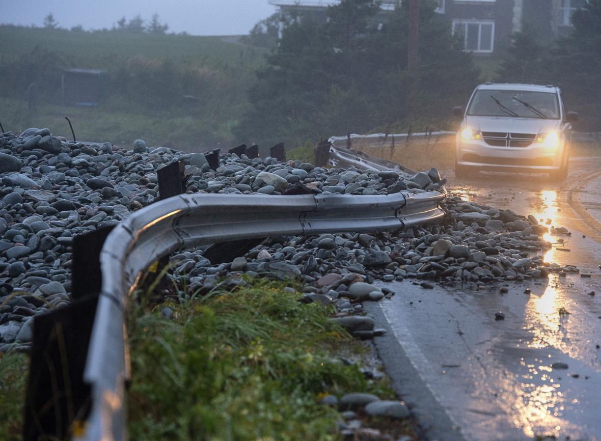 Vlny u kamenitého pobřeží poškodily svodidla