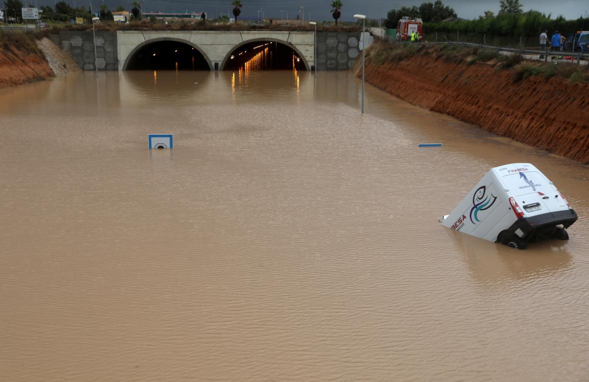 Částečně ponořené vozidlo v blízkosti zatopeného tunelu v Pilar de la Horadada