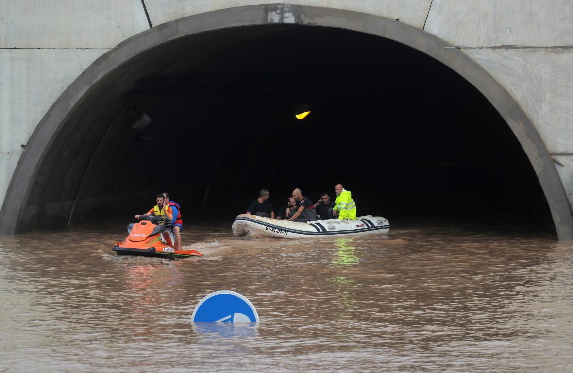 Záchranáři na lodi zachránili osobu, která uvízla uvnitř zatopeného tunelu  v Pilar de la Horadada