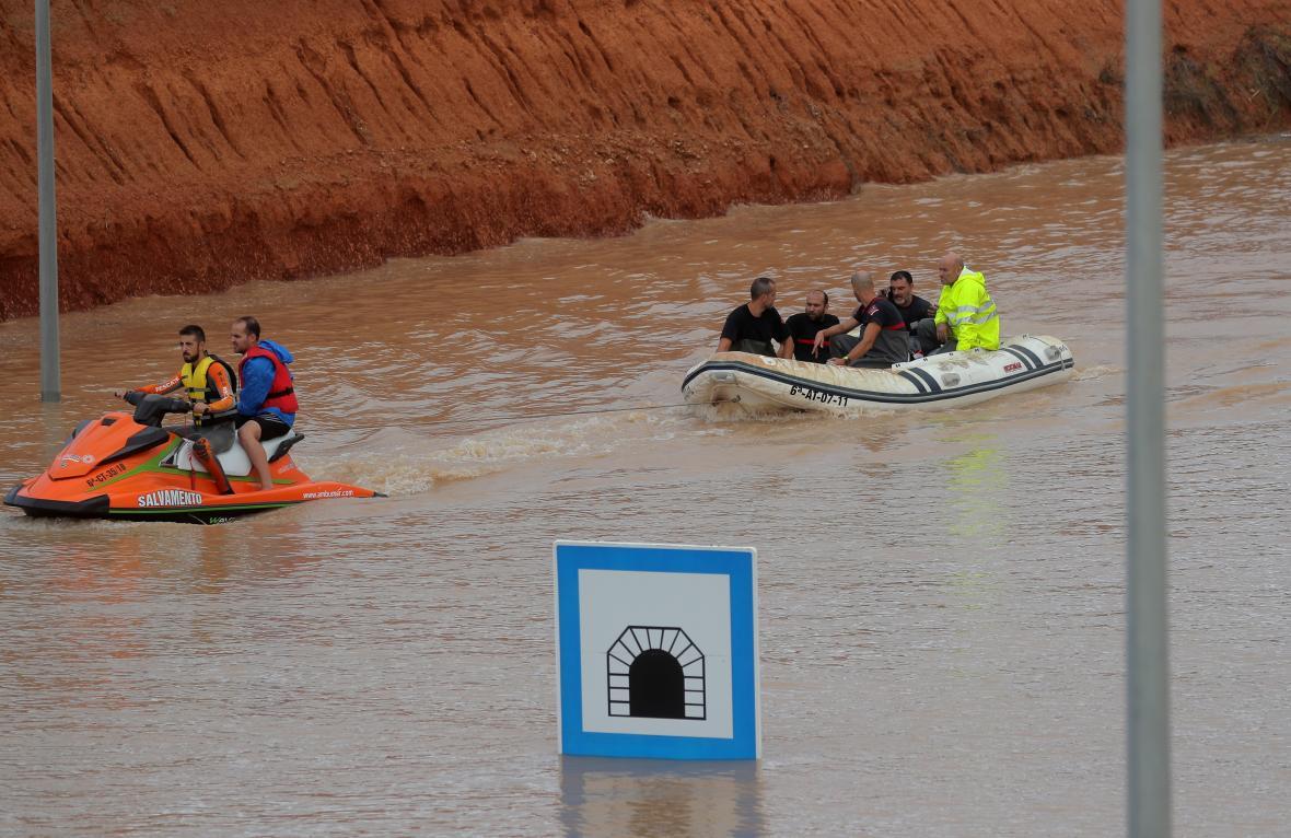 Záchranáři pomohli uvízlé osobě uvnitř zatopeného tunelu v Pilar de la Horadada