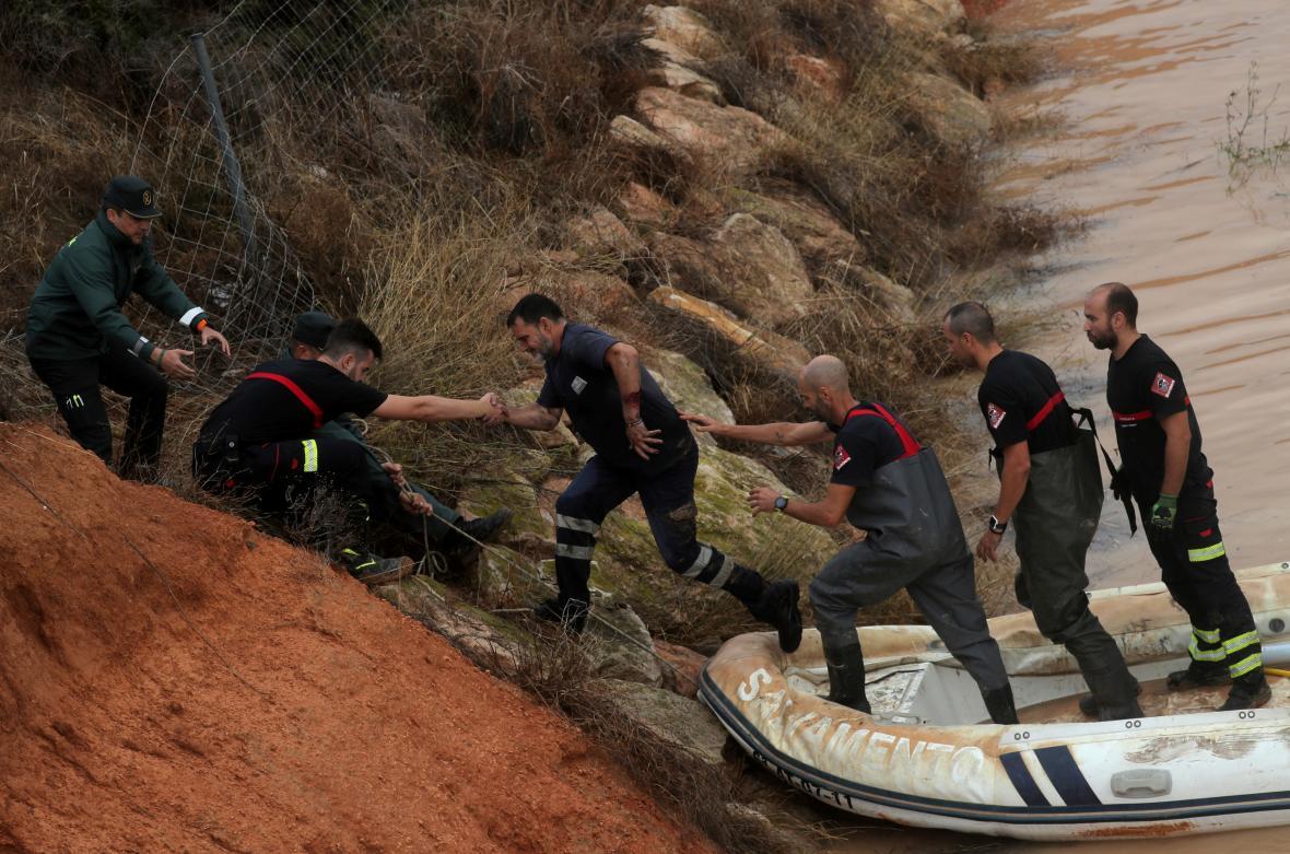 Záchranáři pomáhají muži, který uvízl uvnitř zatopeného tunelu v Pilar de la Horadada