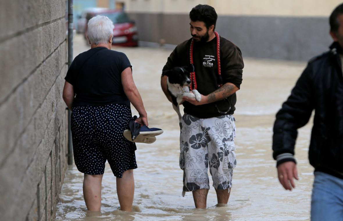 Lidé se brodili ulicí zatopenou řekou Segura