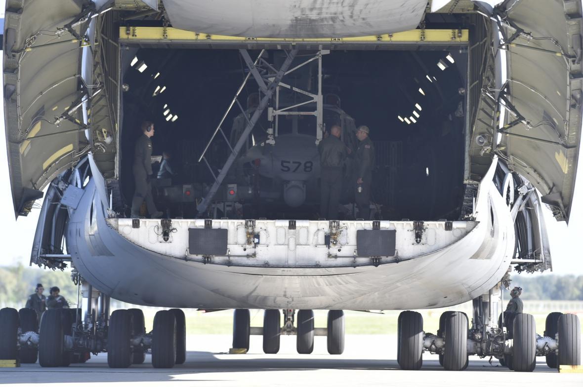 V Mošnově přistál americký transportní letoun C-5 Super Galaxy. Ve svých útrobách přivezl vrtulníky Bell UH-1Y Venom a Bell AH-1Z Viper