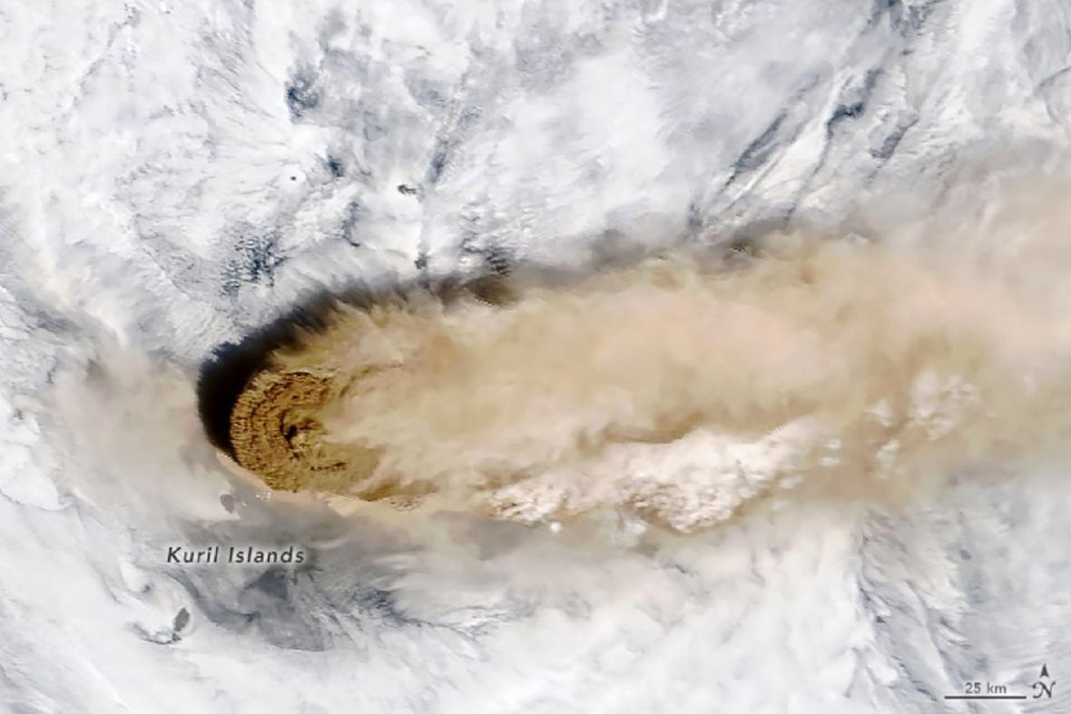 Erupce sopky Raikoko z vesmíru