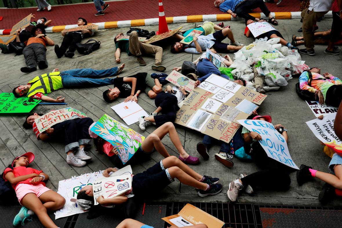 Desítky lidí si v sídle ministerstva životního prostředí v Thajsku lehli na zem a předstírali smrt