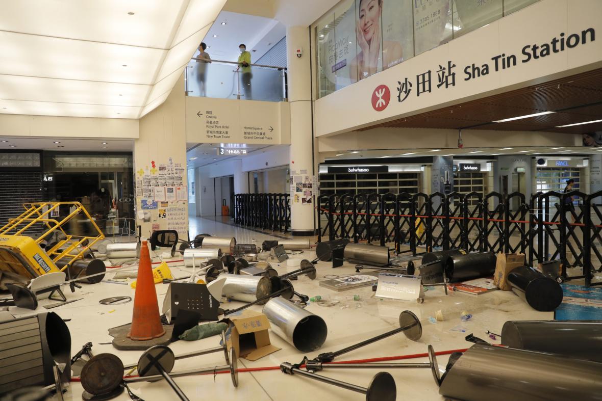 Demonstranti v Hongkongu poničili nákupní středisko