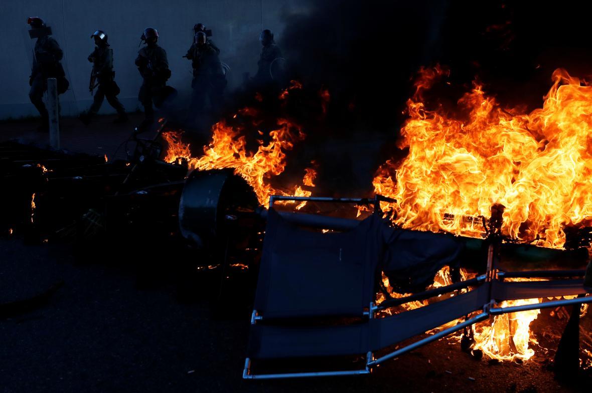 Hořící barikáda ve čtvrti Sha Tin.