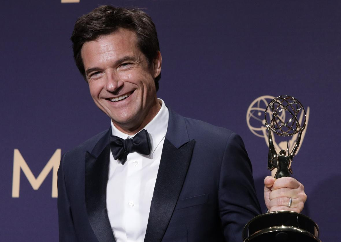 Jason Bateman s oceněním za režii seriálu Ozark.