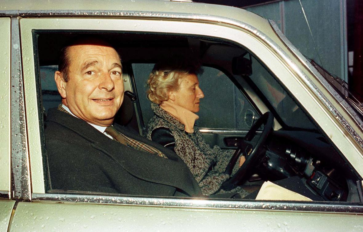 Jacques Chirac se svou manželkou Bernadette v Peugeotu 304 na návštěvě jihozápadní Francie v listopadu 1993