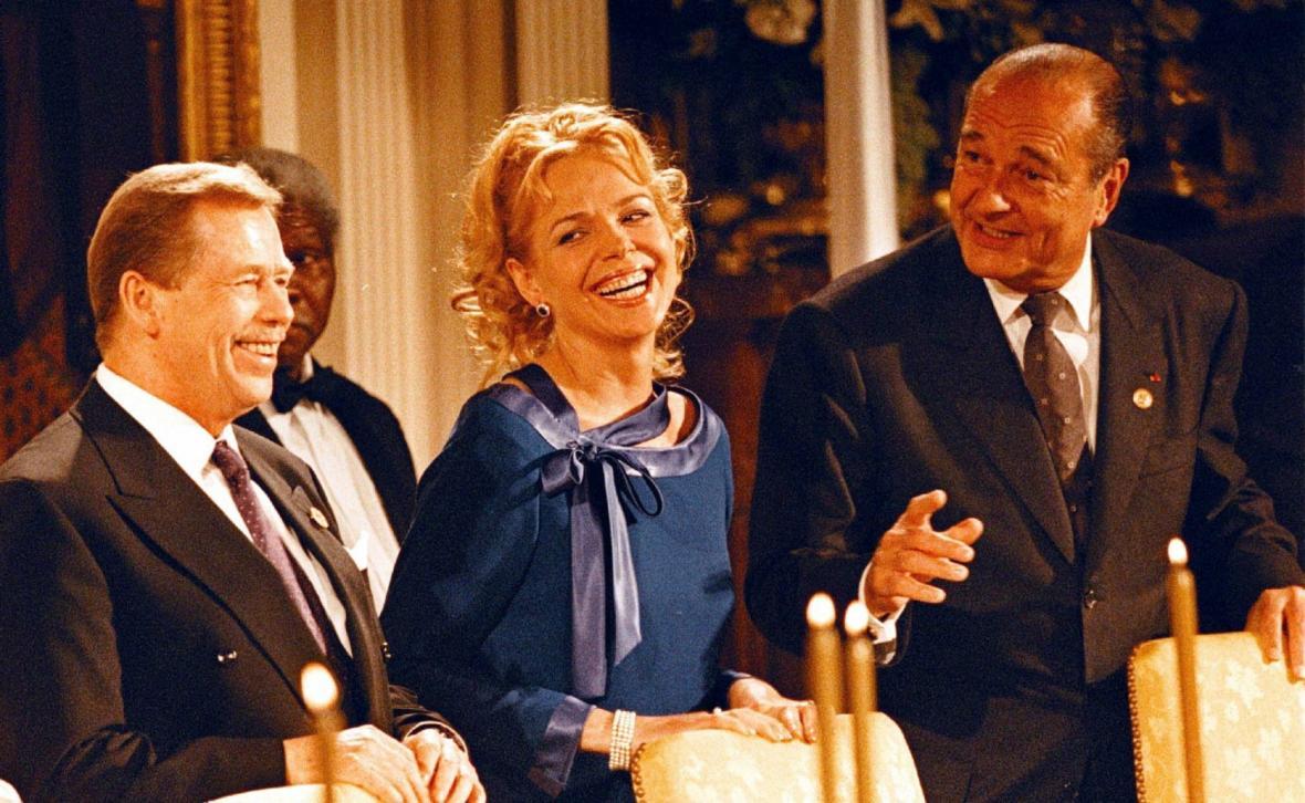 Václav a Dagmar Havlovi v rozhovoru s Jacquesem Chiracem na slavnostní večeři v Bílém domě ve Washingtonu pořádané k 50. výročí NATO v dubnu 1999.