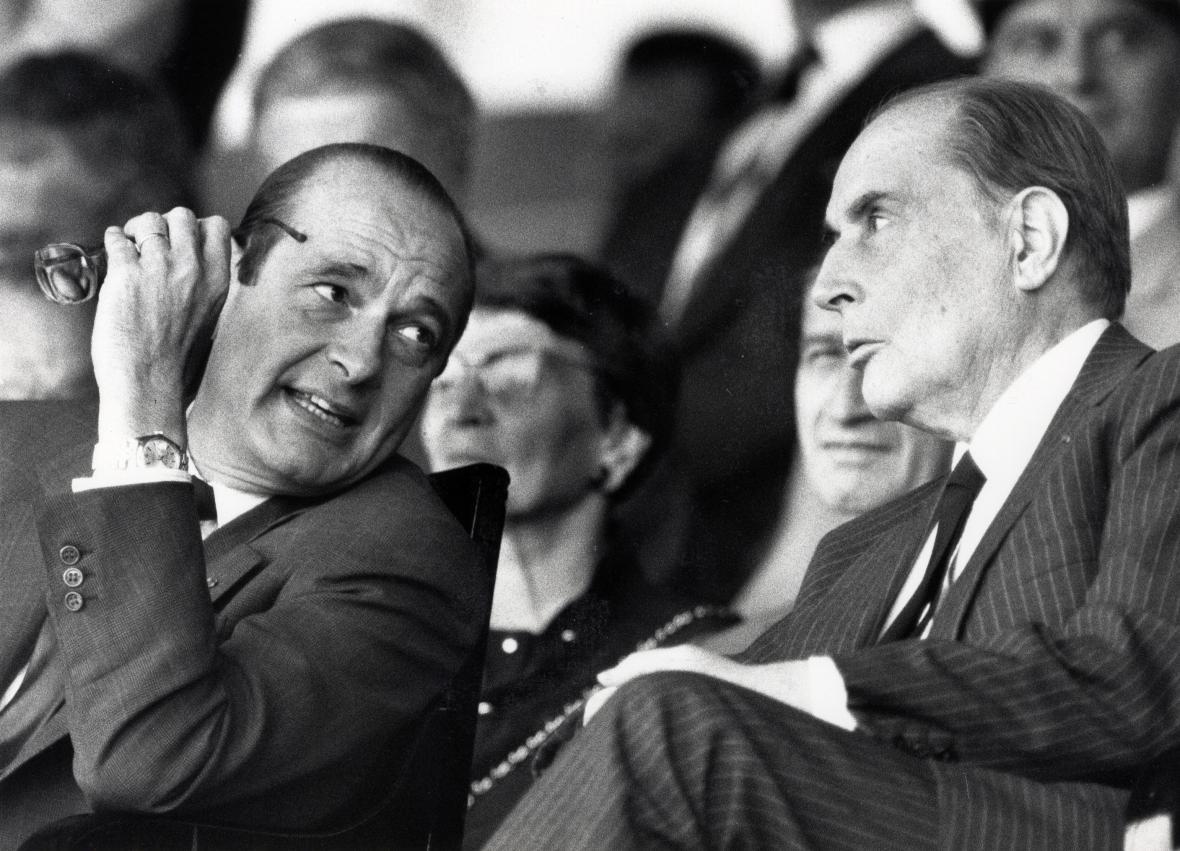 Chirac při rozhovoru se svým předchůdcem prezidentem Francois Mitterrandem