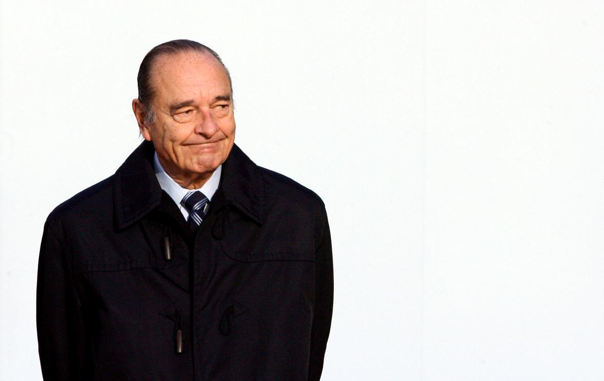 Chirac čeká před zahájením čtyřiadvacátého francouzskoafrického summitu na lídry afrických zemí v Cannes v roce 2007.