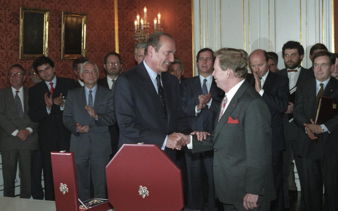 Slavnostní ceremoniál v roce 1997, při kterém Havel vyznamenal Chiraca Řádem Bílého lva I. třídy
