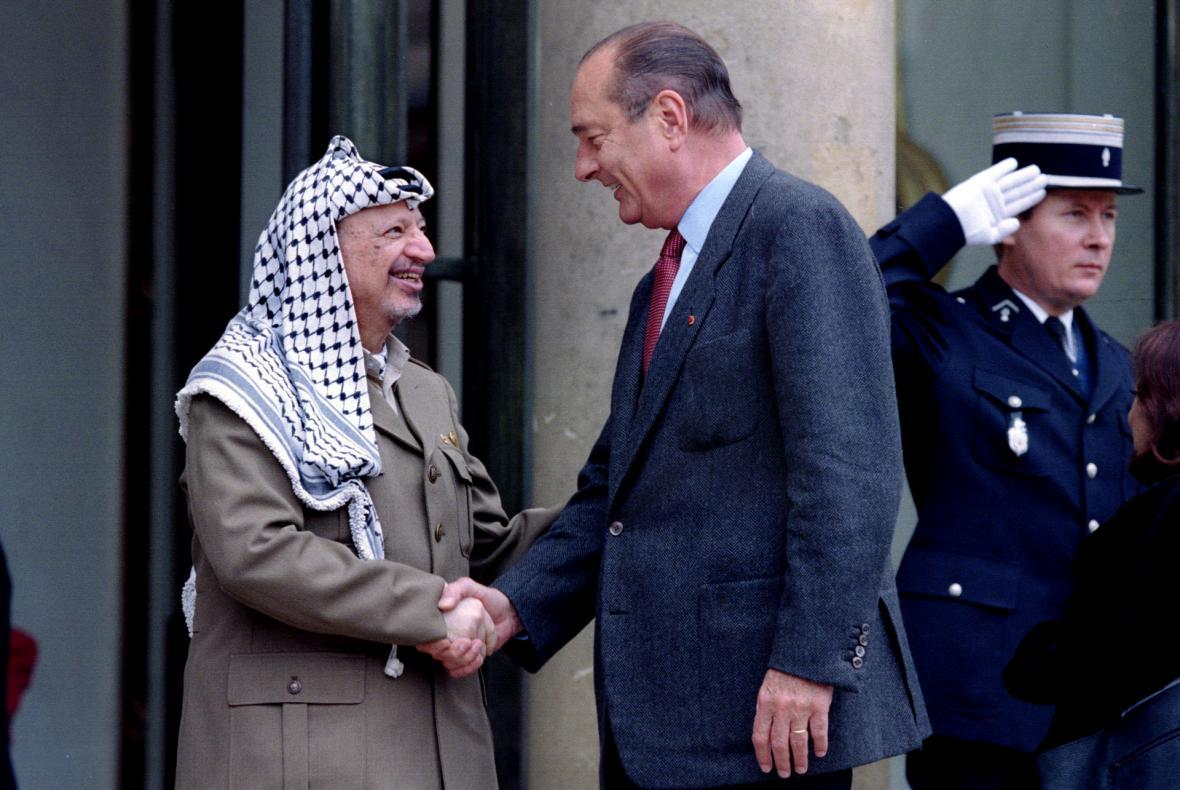 Chirac s palestinským vůdcem Jásirem Arafatem, který Elysejský palác navštívil v září 1995.