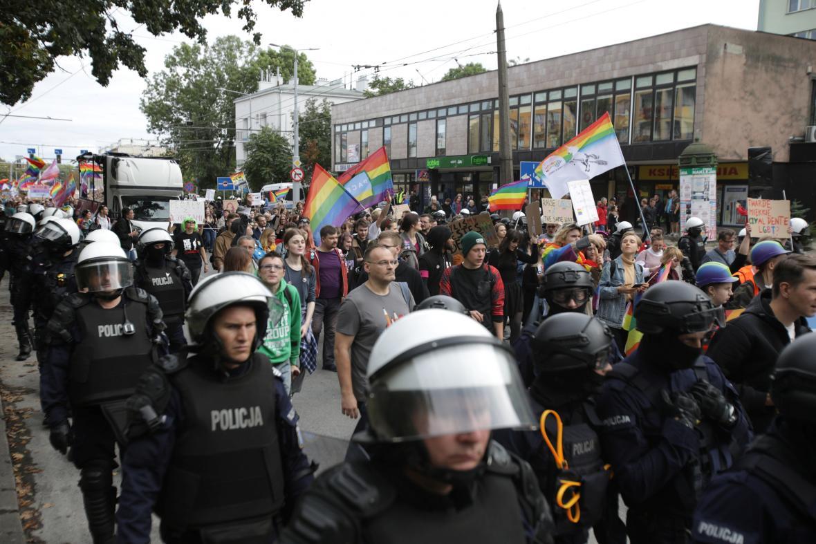 Pravicoví radikálové a konzervativci napadli průvod za práva LGBT skupiny