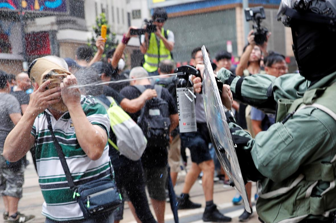 Policie proti demonstrantům použila slzný plyn