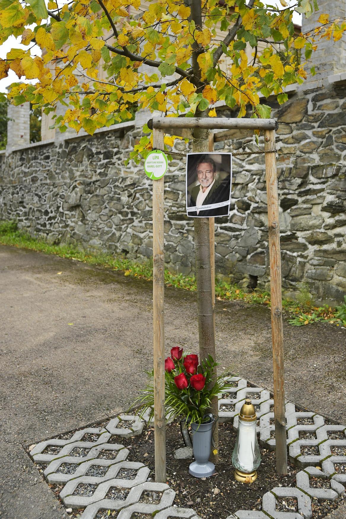 Pietní místo u lípy Karla Gotta v Újezdu u Svatého Kříže na Rokycansku
