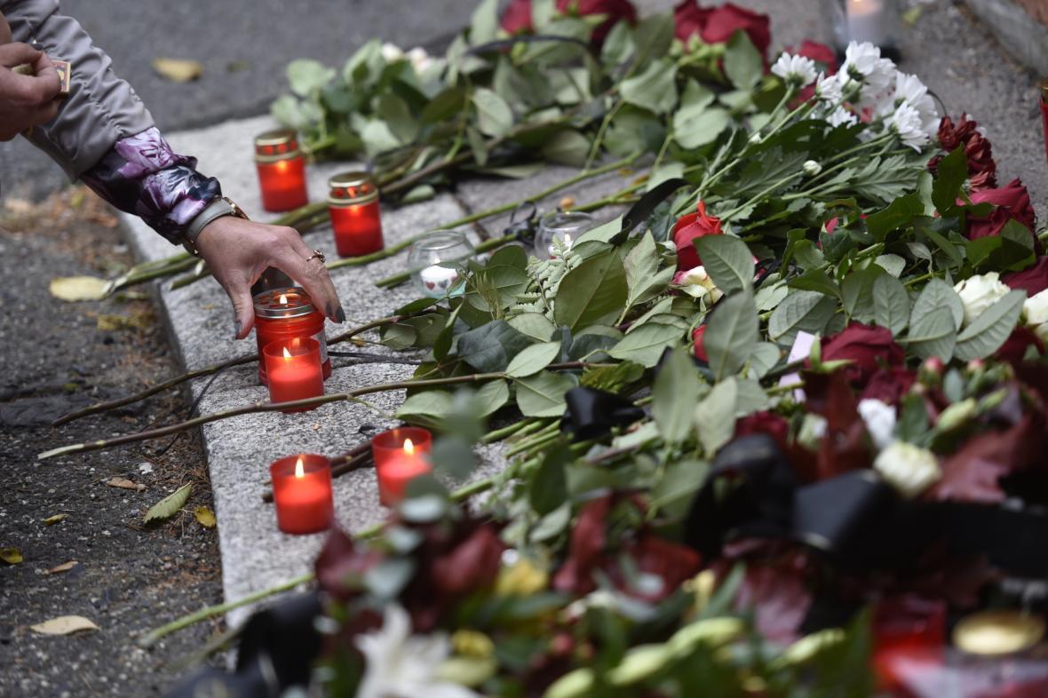 K uctění památky Karla Gotta vznikají pietní místa.