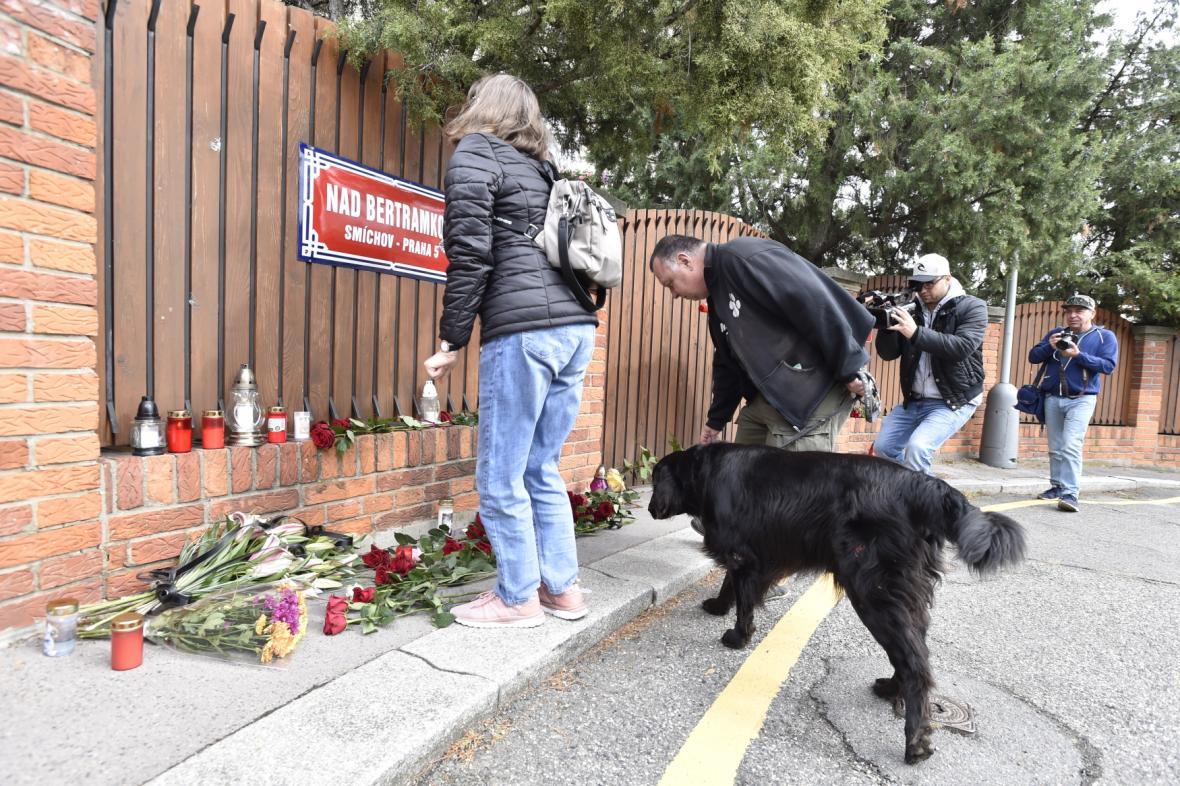 Lidé pokládají květiny před vilou Karla Gotta na pražské Bertramce