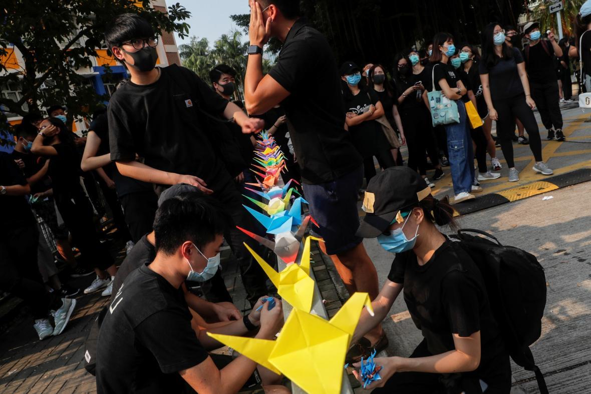 Protest proti používáních ostrých nábojů během demonstrací v Hongkongu