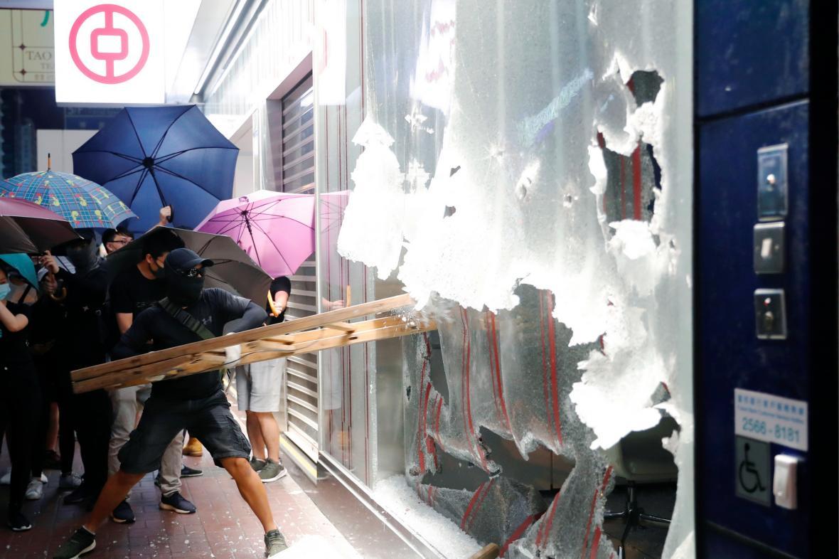 Demonstranti poškodili hongkongskou pobočku Bank of China