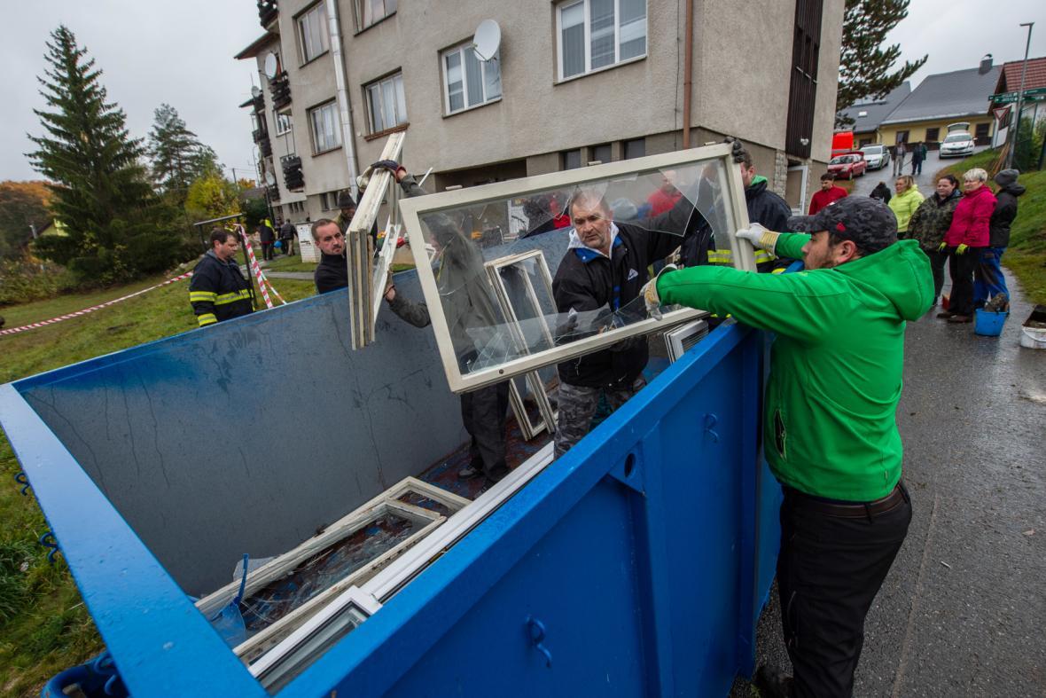 Dobrovolníci pomáhají v Lenoře s úklidem
