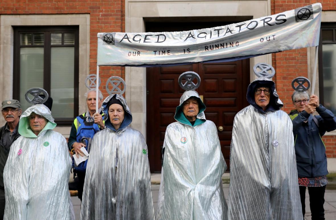 Aktivisté z hnutí Vzpoura proti vyhynutí protestují v evropských metropolích