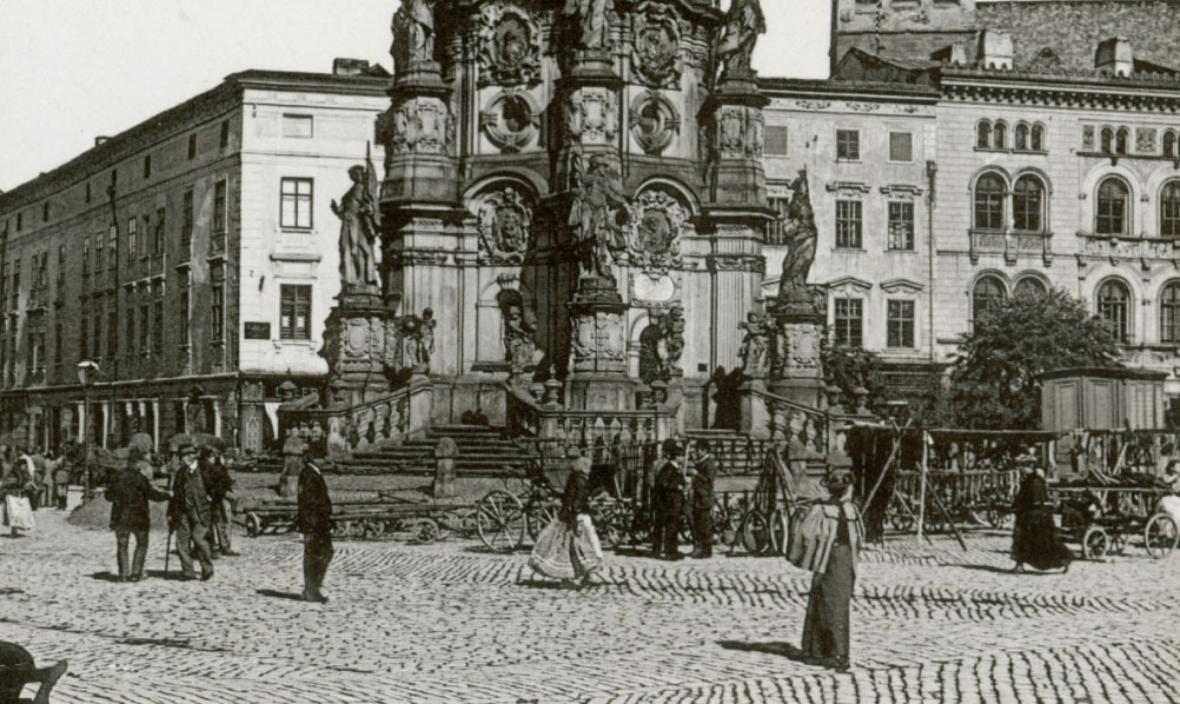Sloup Nejsvětější Trojice na Horním náměstí - fotografie z roku 1897