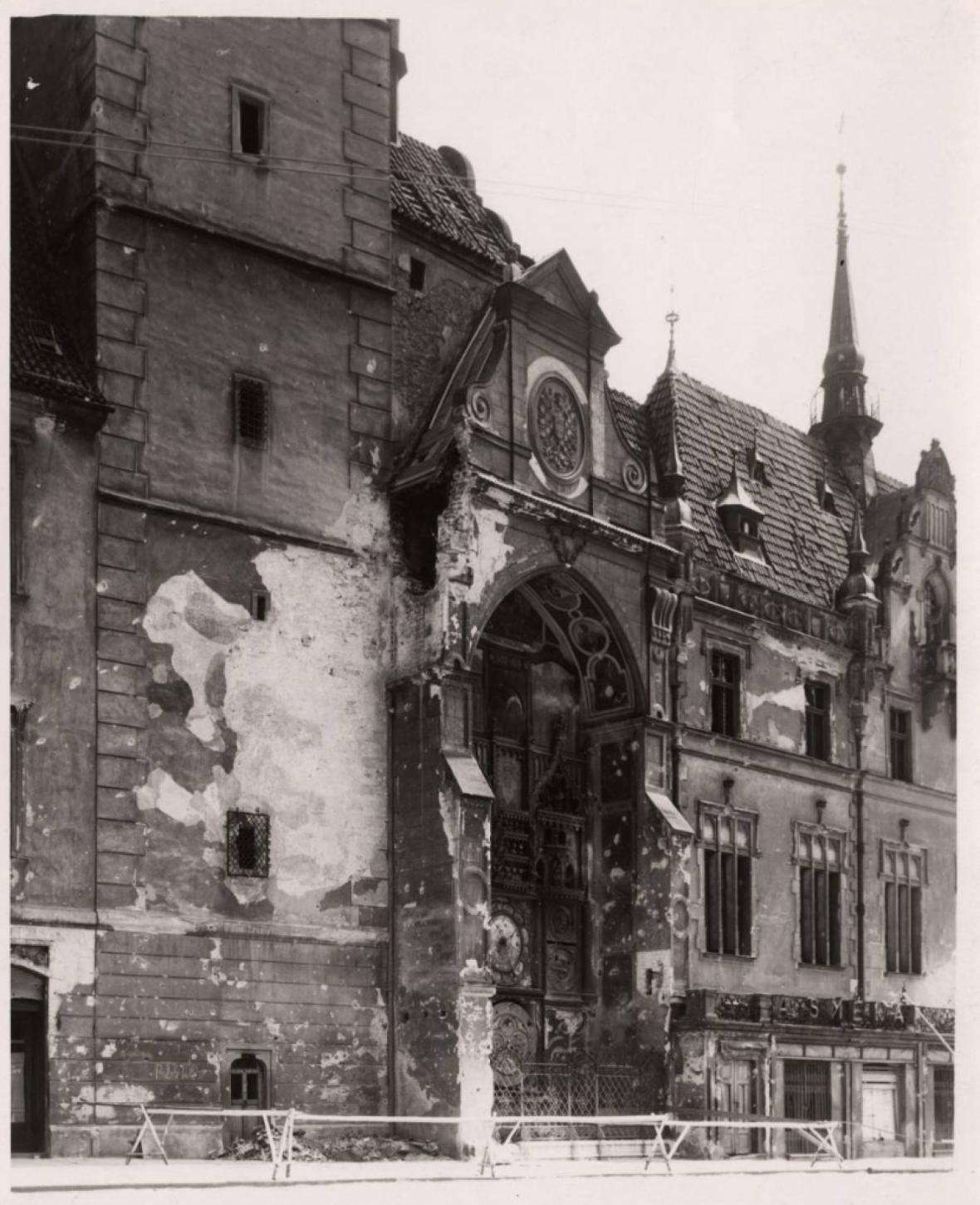 Olomoucký orloj poničený střelbou za druhé světové války
