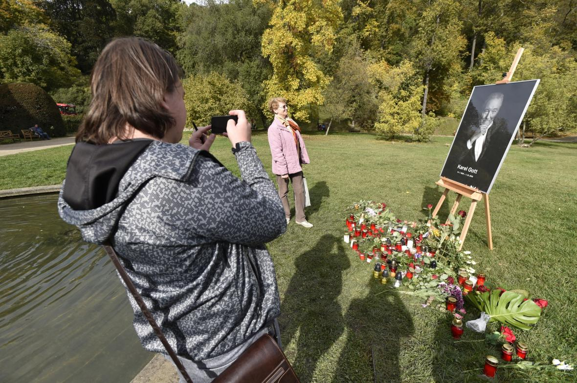 Na mnoha místech v Praze, ale v celé České republice jsou rozmístěny pietní místa, kde lidé zapalují svíčky a vzpomínají na Karla Gotta