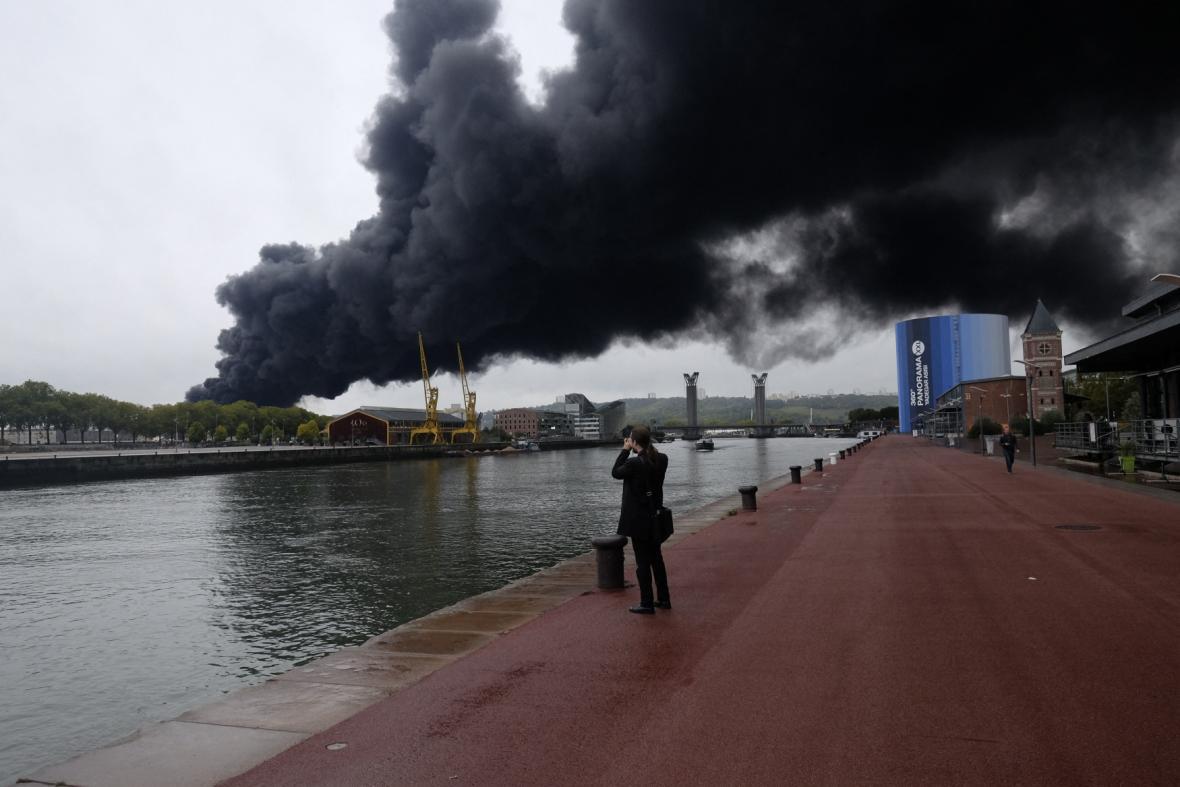 Požár chemičky poblíž centra Rouenu