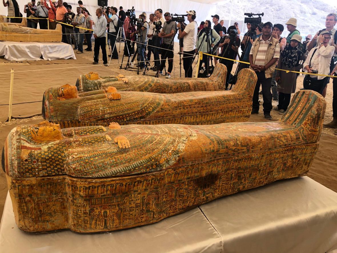 Egypt představil nově nalezené sarkofágy