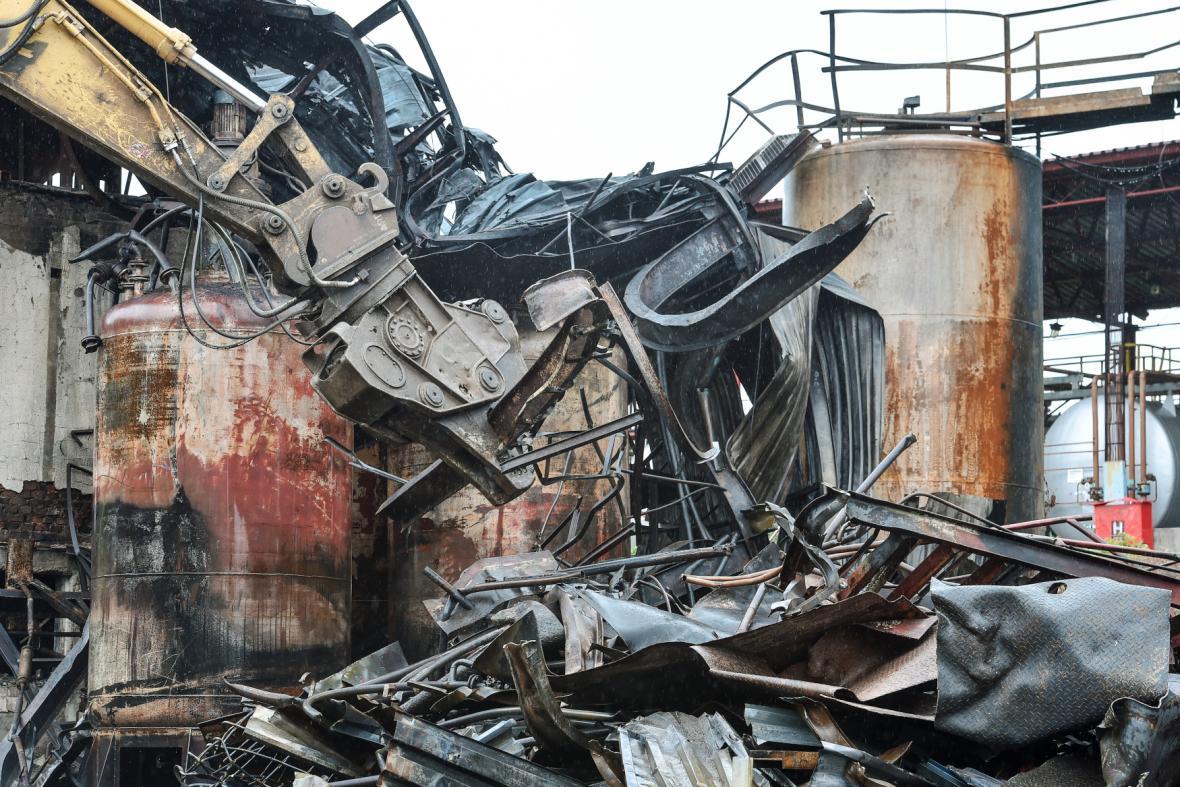Odstraňování následků požáru v liberecké chemičce Severochema