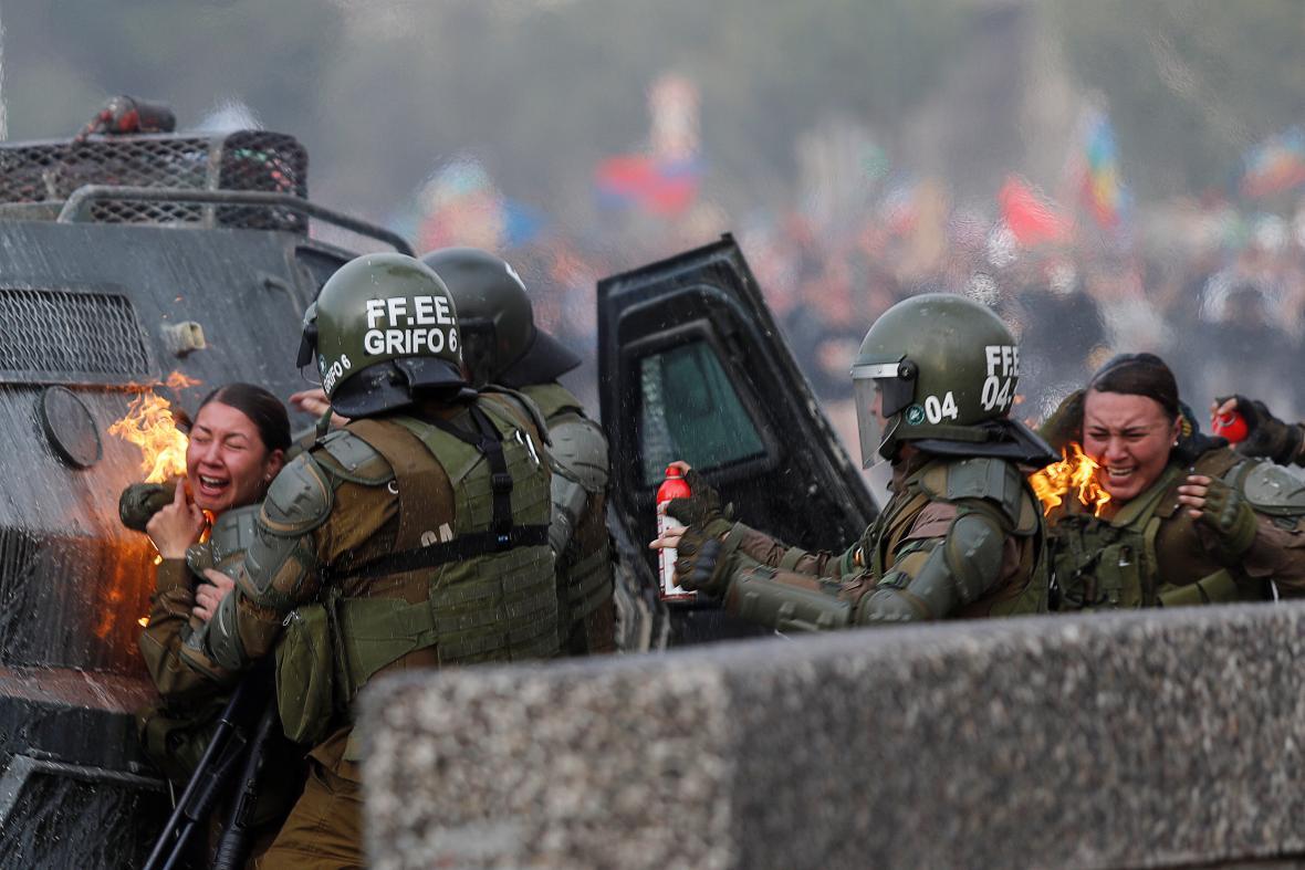Pondělní protivládní protest v Santiagu de Chile se zvrhnul ve střety s bezpečnostními složkami