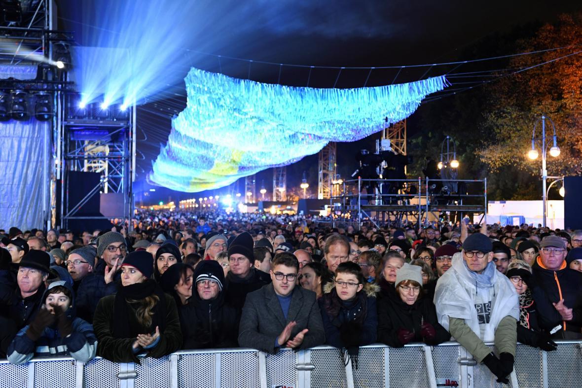 Lidé shromáždění na večerní akci k oslavě 30 let od pádu Berlínské zdi u Braniborské brány