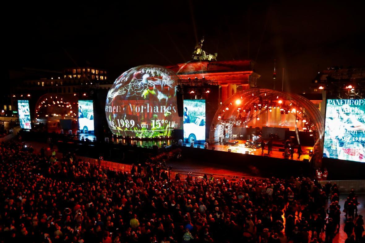 Pohled na večerní akci k oslavě 30 let od pádu Berlínské zdi u Braniborské brány