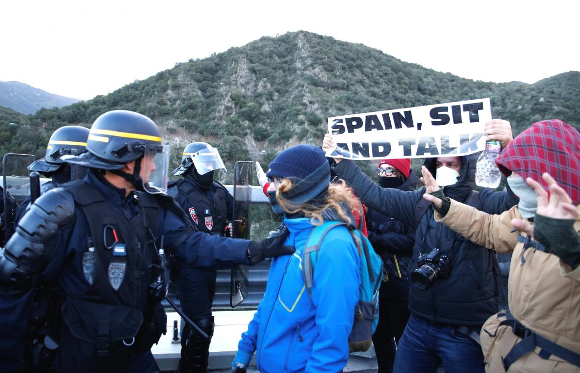 Francouzská policie zasahuje proti katalánským separatistům blokujícím hranici na dálnici A9