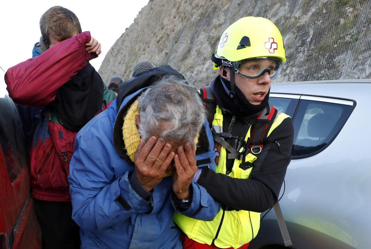 Lékaři ošetřují demonstranty zasažené slzným plynem