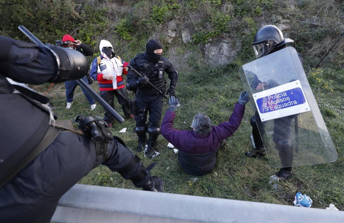 Katalánská policie zasahuje proti separatistům blokujícím hranici na dálnici AP-7