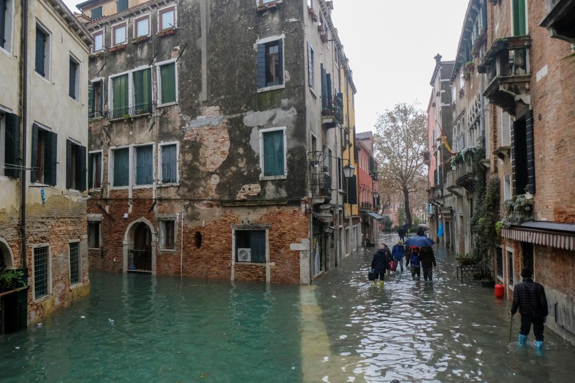Při obzvlášť vysokém stavu vody je občas těžké poznat, kde je ještě chodník, a kde je vodní kanál