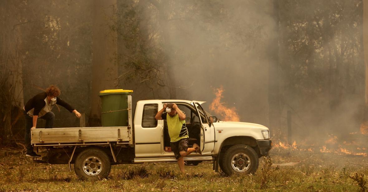 Lidé se snaží udržet oheň mimo své pozemky