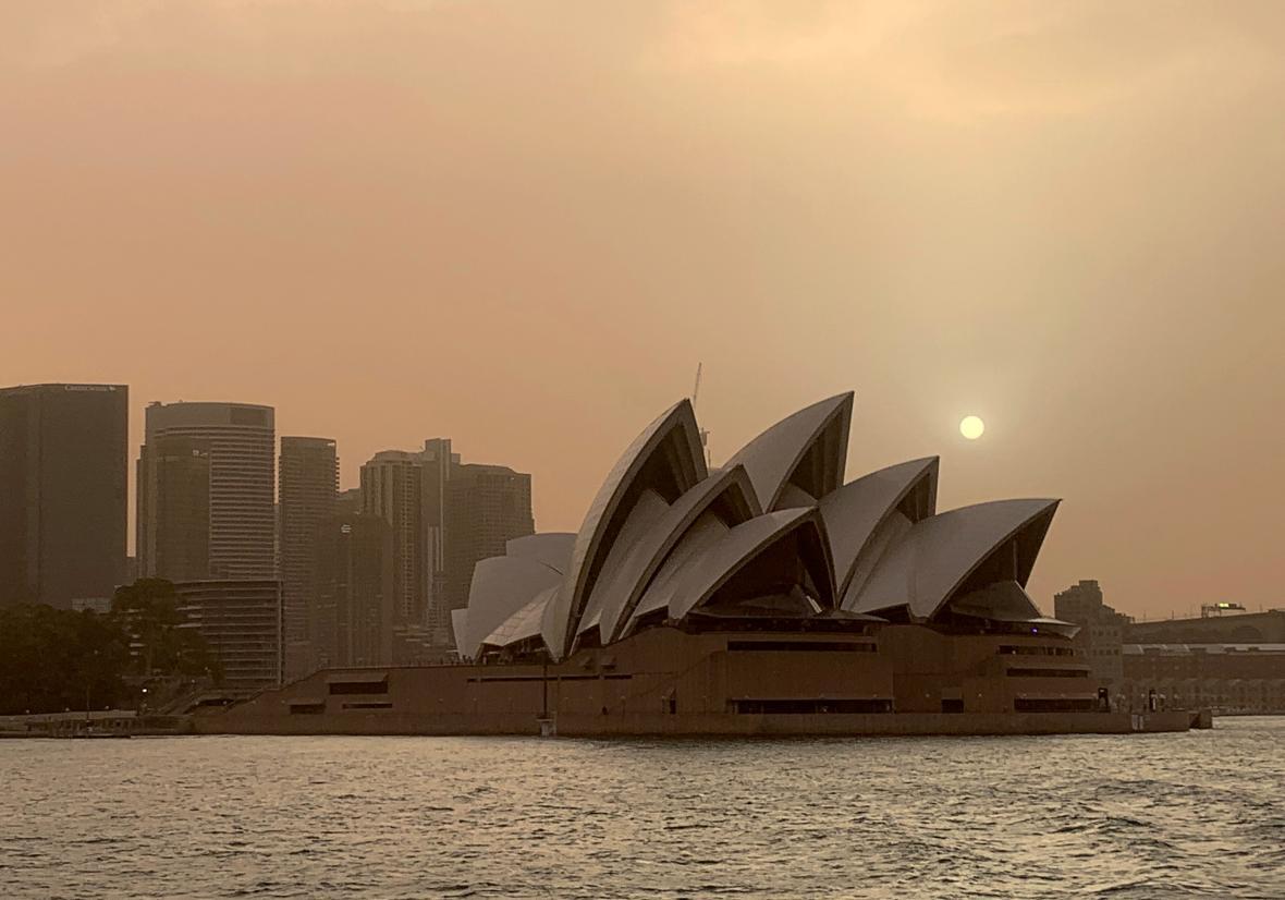 Sydney zahalila oranžová záře