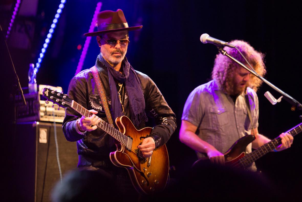 Americký hudebník Doyle Bramhall II (vlevo)