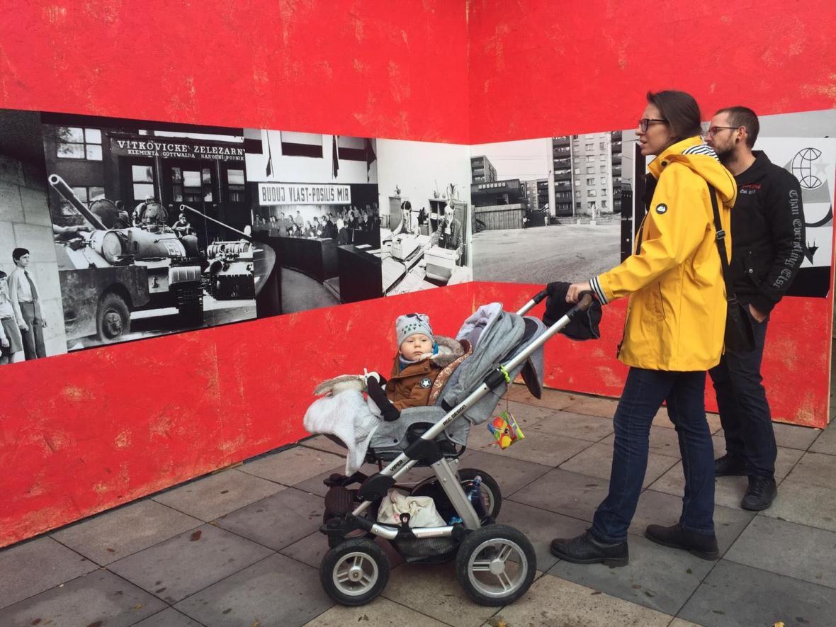 Výstava dobových fotografií na Masarykově náměstí v Ostravě v rámci SametOVA